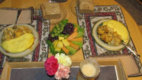 Pine River Ranch: Breakfast - fresh fruit, potatoes, Denver omelette, AND coffee cake. Wow. Delicious!