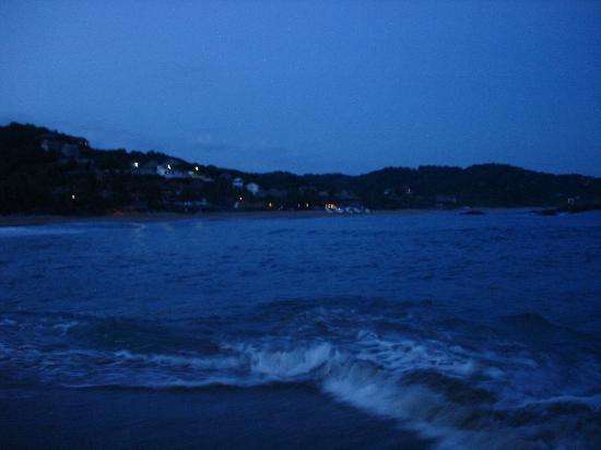 La Mora Posada: vista de la playa de san agustinillo en la noche