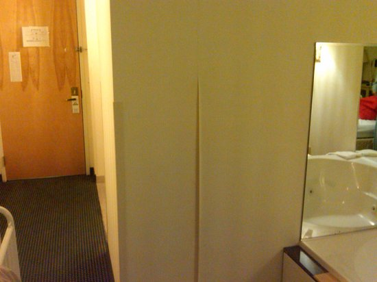 Days Inn & Suites Murfreesboro: Peeling wallpaper.