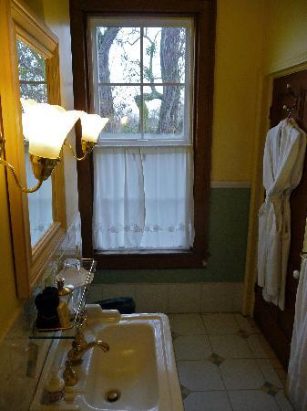 Inn at Locke House: The bathroom
