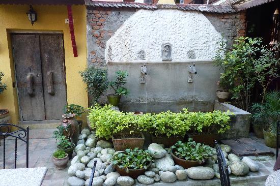 wassertank im garten bild von ambassador garden home. Black Bedroom Furniture Sets. Home Design Ideas