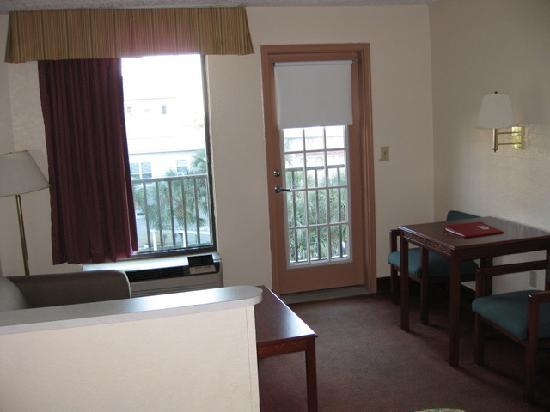 Quality Inn & Suites: living area