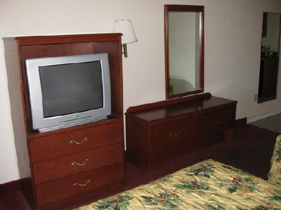 Quality Inn & Suites: tv with hbo