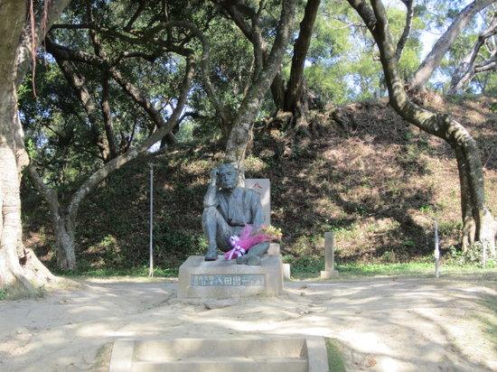Wusanto Reservoir : 八田與一技師像の前にはいつも花が捧げられています