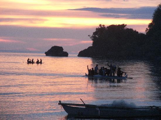 Cove Paradise Beach & Dive Resort: Fishermen returning home at sunset