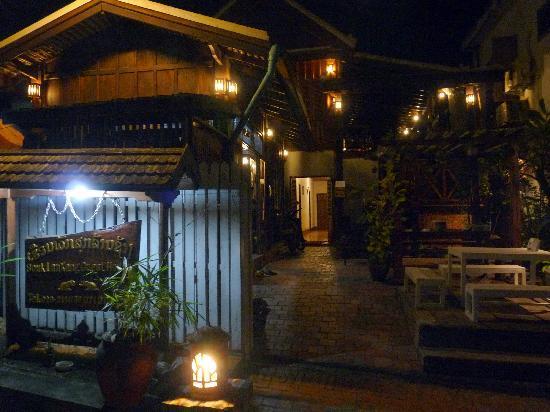 Souk Lan Xang Guest House: hotel entrance at night