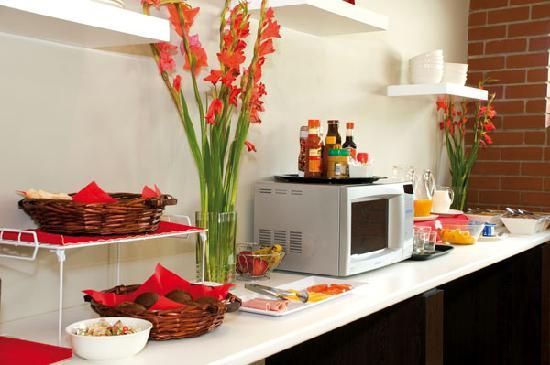 The Hub Boutique Hotel: Breakfast is served.