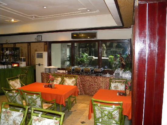 Taman Suci Hotel: 24-Hour restaurant