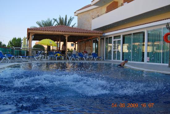 Moniatis Hotel: SWIMMING