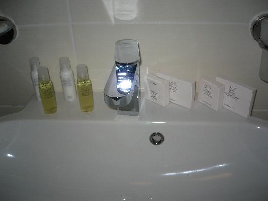 Alex & George Boutique Hotel: Shower