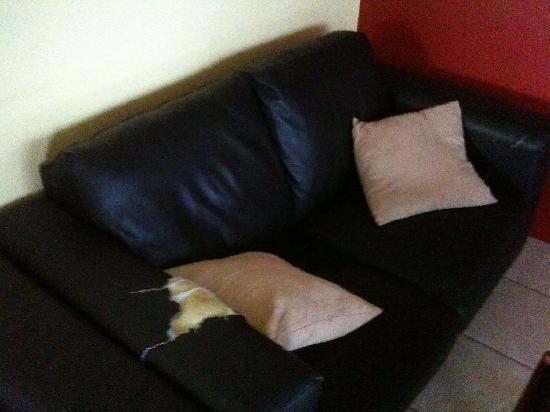 أرايفال أكوموديشن سنتر - هوستل: Ripped of sofa in the TV room