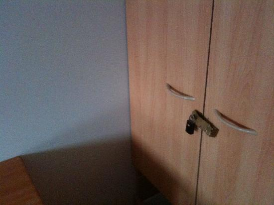 Arrival Accommodation Centre: broken lock!