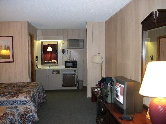 Maples Motor Inn: Room