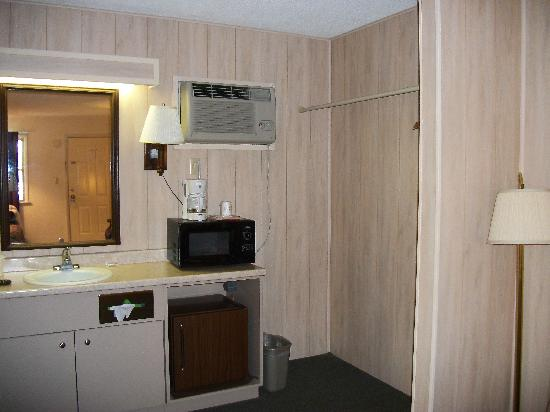 Maples Motor Inn: Room