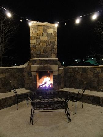 Randi's Irish Grill & Pub: Warm up by the fire