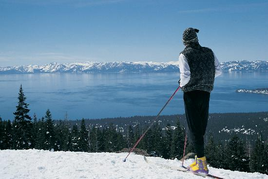 South Lake Tahoe, Californie : Cross Country Skier overlooking Lake Tahoe