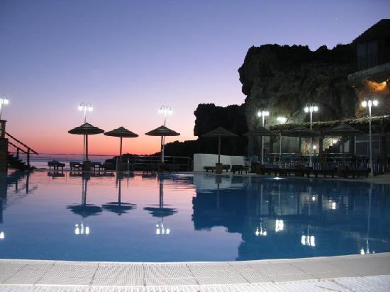 Hotel Calypso Cretian Village : Main swimming pool at sunset