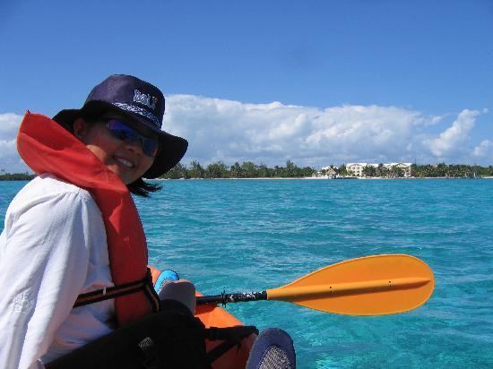 Pelican Reef Villas Resort : Kayaking in front of the property