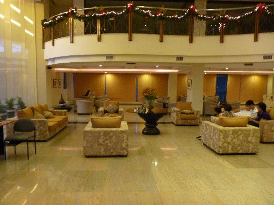The Pinnacle Hotel and Suites: lobby