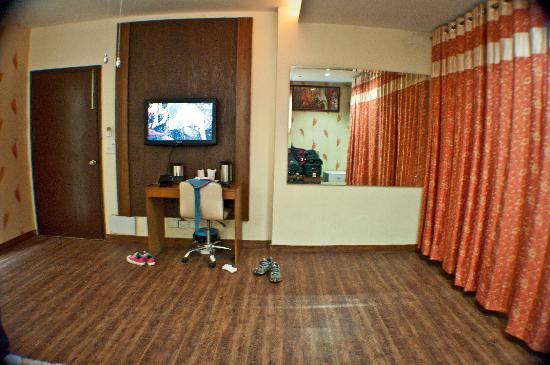Hotel Delhi Heights: a deluxe room
