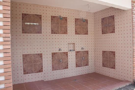 Jo and Johnny's Beach and Dive Inn: public shower area