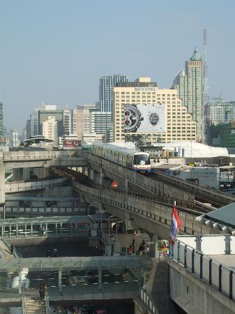 Muangphol Mansion: view of the skytrain from hotel window