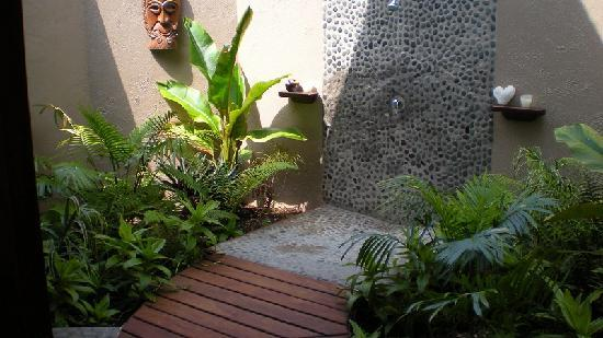 Lope Lope Lodge: Bungalow outdoor shower