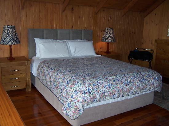 The Polish Place Chalets: extremely comfy bed!