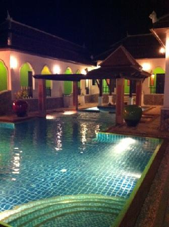 Mandawee Resort & Spa: pool at night