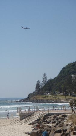 Burleigh Heads, Австралия: Plane heading in to Coolangatta
