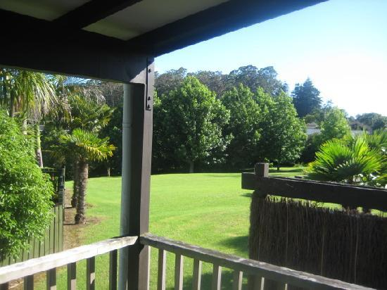 Kerikeri Homestead Motel & Apartments: view over to the garden from balcony