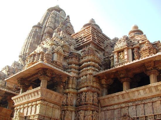 วัดขจุราโห: Ornately carved temple