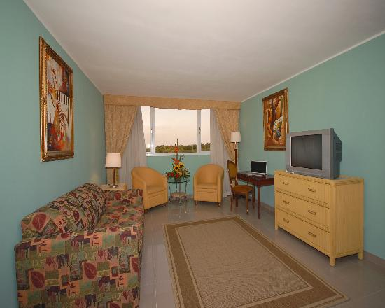 Clarion Hotel & Suites Curacao: SUITE LIVING ROOM