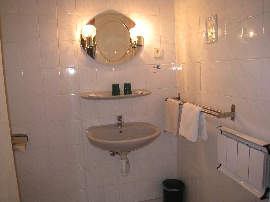 Hotel Papillon: Wash basin.