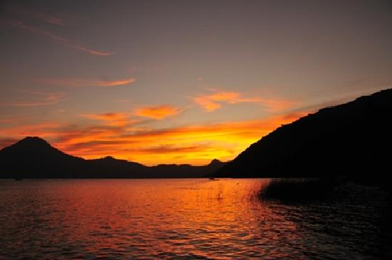 Villa Sumaya: Sunset at the lake
