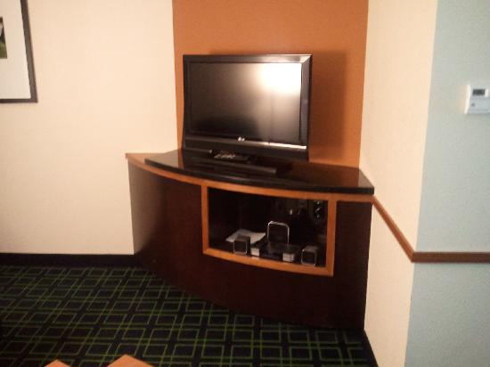 Fairfield Inn & Suites San Antonio NE/Schertz: TV in sitting area of suite