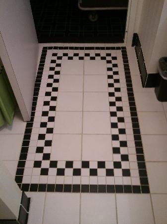 Fairfield Inn & Suites San Antonio NE/Schertz: Detail of design on floor in the bathroom