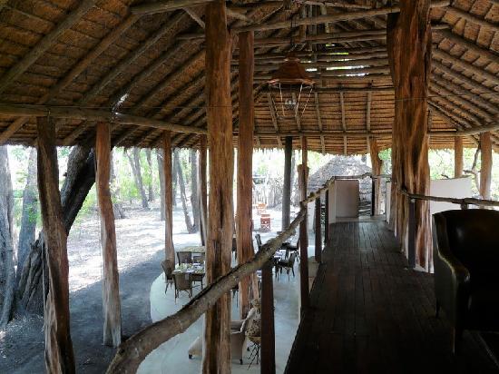 andBeyond Sandibe Okavango Safari Lodge: Blick vom oberen Deck auf das Restaurant