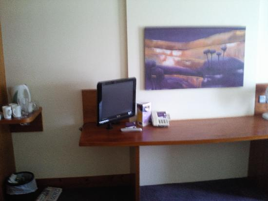 Premier Inn Nottingham Arena (London Road) Hotel: Kettle, TV  and table in our room