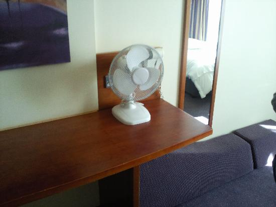 Premier Inn Nottingham Arena (London Road) Hotel: Fan and mirror in our room