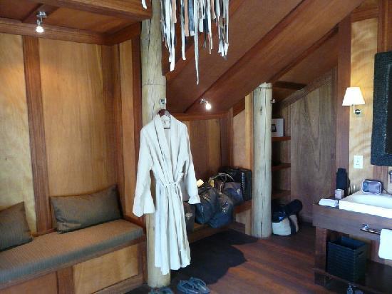 andBeyond Xudum Okavango Delta Lodge: Badezimmer mit Ankleide