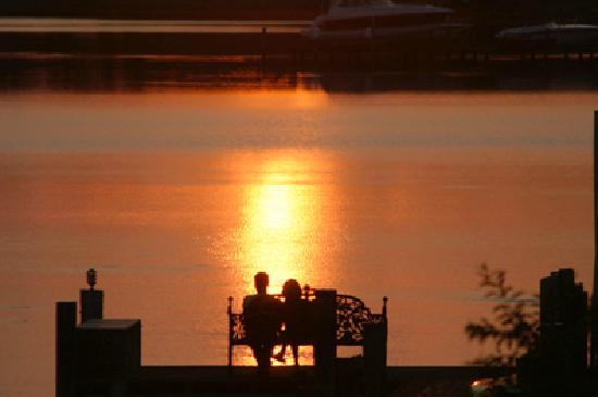 Miles River Guest House: Fantastic Sunsets from our dock