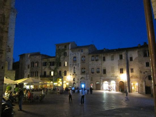 Locanda Viani: San Gimignano sans tourist crowds - in the evening!