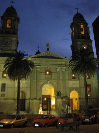 A igreja de Mercedes na praça principal e bem próximo ao hotel