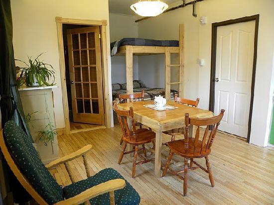La chambre appartement auberge de jeunesse la maison price for Chambre de la jeunesse