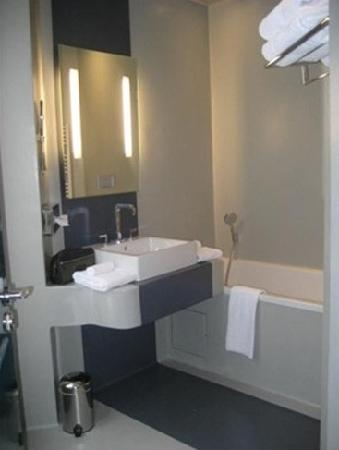 Hotel Bassano: Had tub and separate shower space!