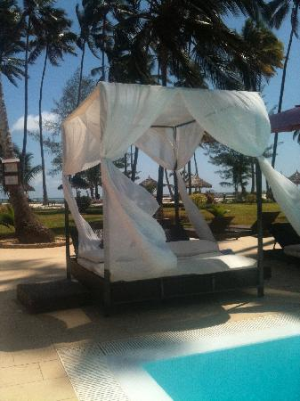 Una delle piscine e zona relax