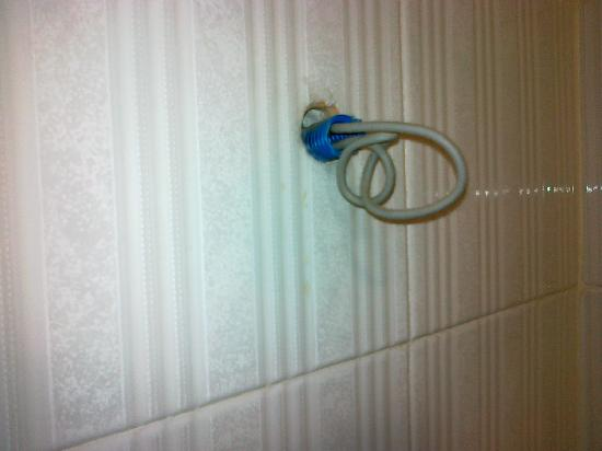 Hiberia Hotel: Cavo scoperto in bagno