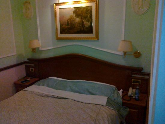 Hiberia Hotel: Letto camera standard