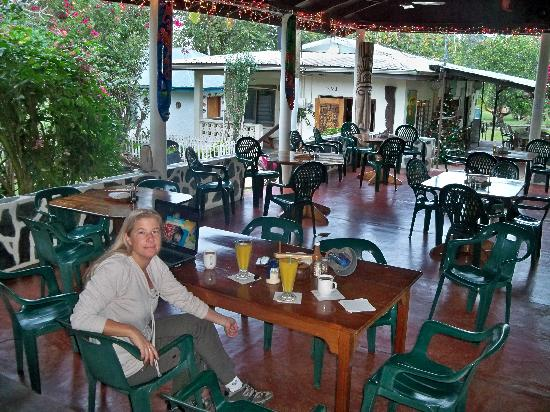 The Orange Guesthouse: Open air Dinning area serves meals and drinks from 6:30am til 8:00pm!!!